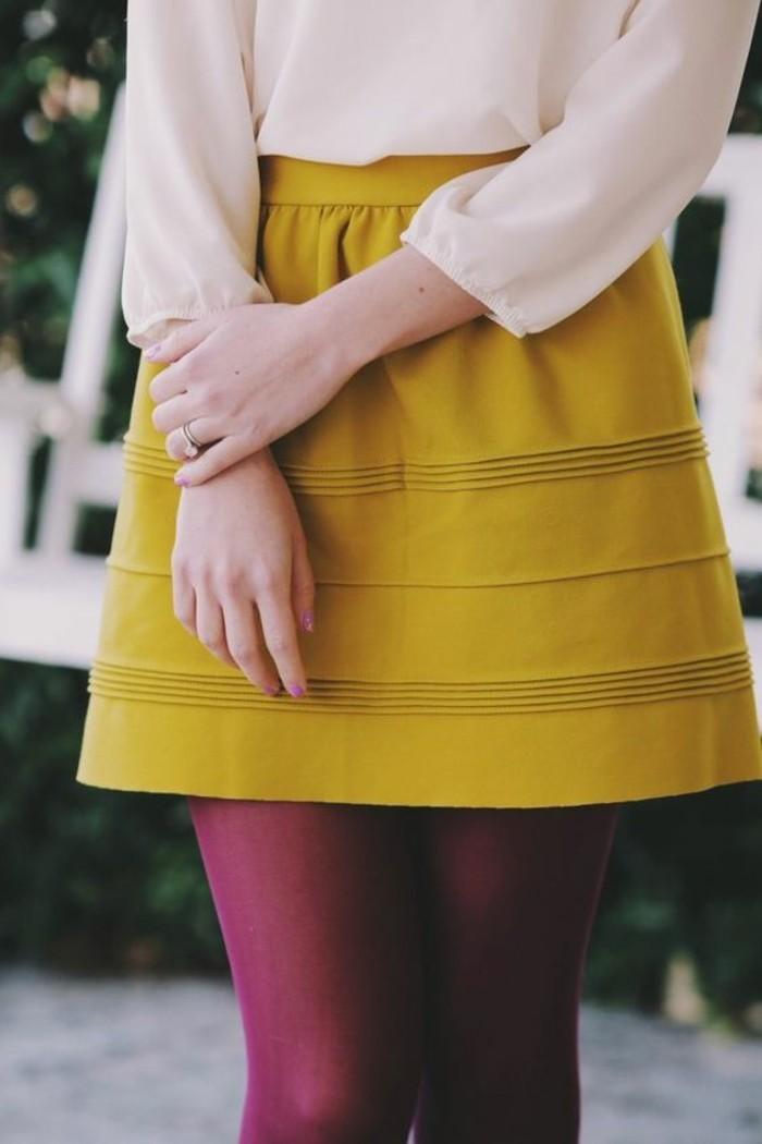 jupe haut moutarde mini avec des collants fushia