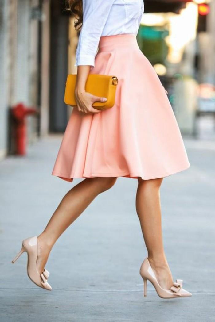 jupe taille haut en rose rétro assortie aux chaussures