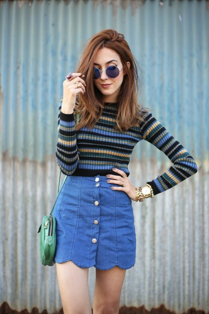une jupe trapèze en jean de style vintage boutonnée au devant