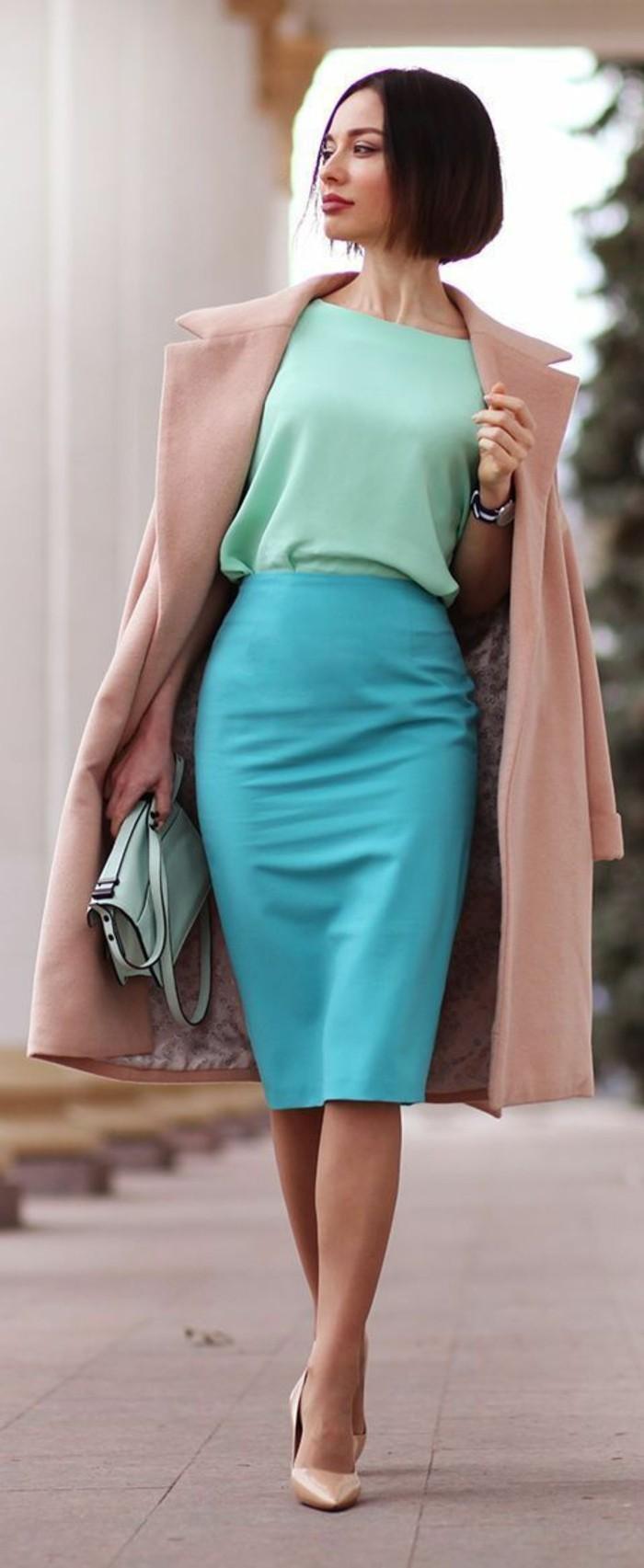 jupe taille haute en bleu pastel sur le corps