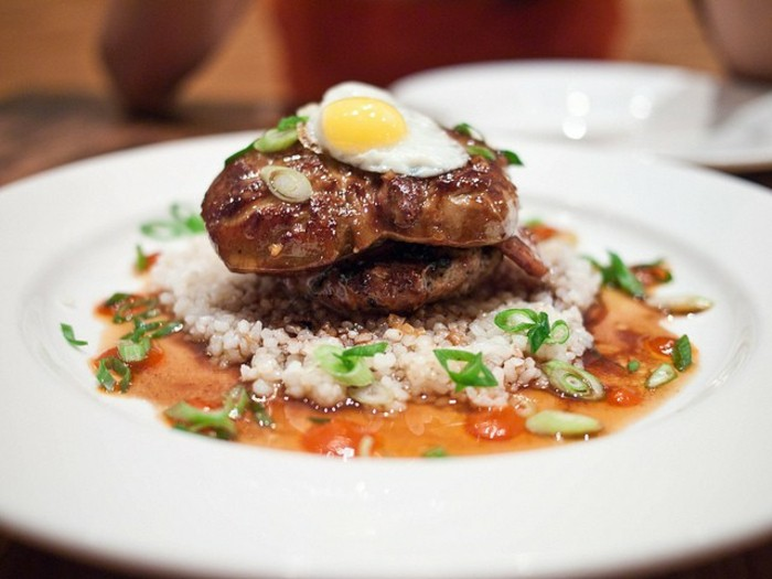 aliments riches en fer, plat composé de foie, oeuf, quinoa, idée aliment contenant du fer pour augmenter la quantité de fer dans le corps