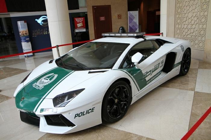 lamborghini-police-exposition-dans-la-réception-d'un-hotel-voiture-rapide