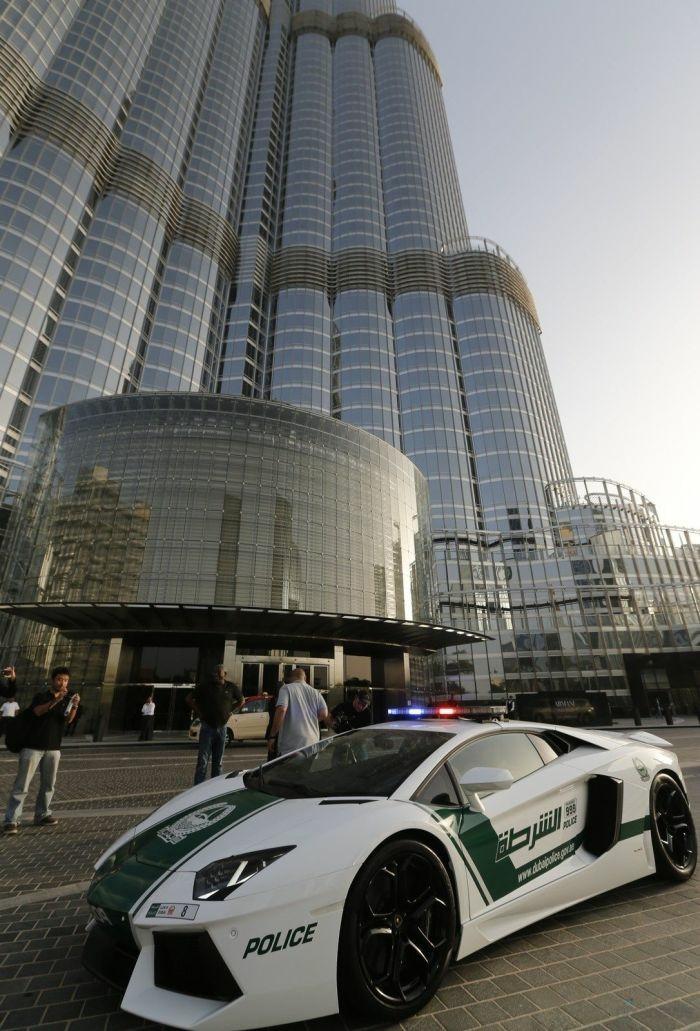 lamborghini-police-hotel-moderne-tout-en-verre-voiture-nouvelle