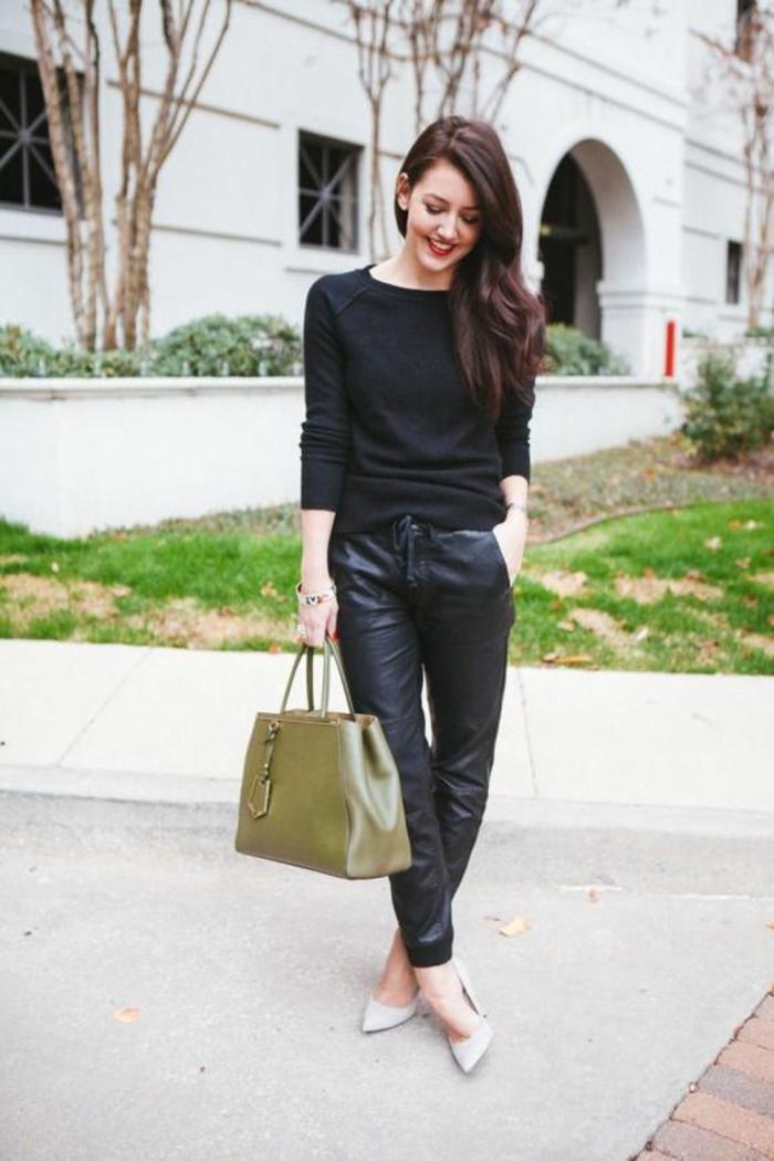 large-pantalon-en-cuir-femme-pull-fin-escarpins