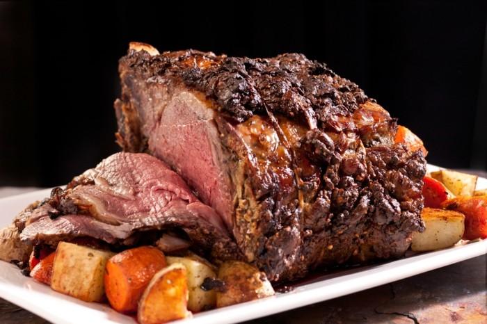 du boeuf rôti, le boeuf, viande rouge, aliment riche en fer avec des patates et des carottes
