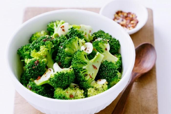 brocolis, une salade de brocolis fraîche, aliment riche en fer, comment augmenter la quantité de fer dans l'organisme à travers l'alimentation riche en fer