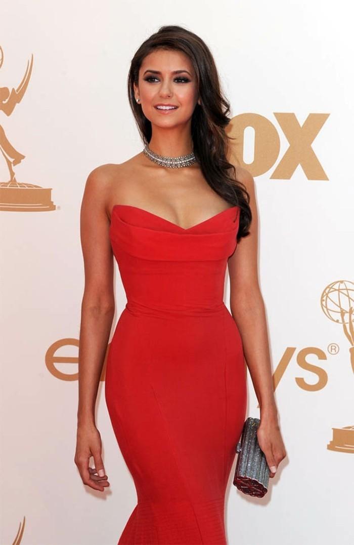 Stupéfiante Nina Dobrev dans une belle robe longue rouge et un collier argenté