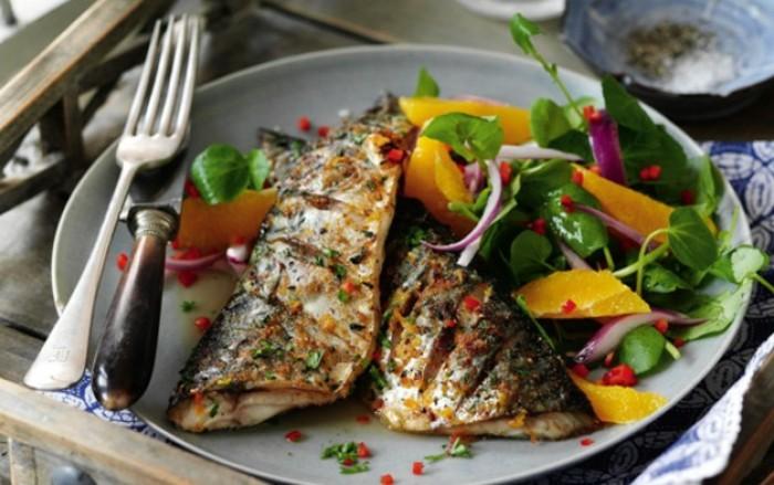 maquereau grillé, aliment riche en fer, garni de salade, oranges et salade verte, aliments contenant du fer