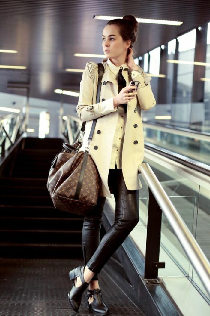 legging-en-cuir-bottines-ouvertes-manteau-élégant