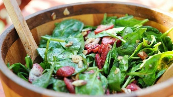 une salade aux épinards, radis, idée aliment riche en fer, les épinards contenant beaucoup de fer