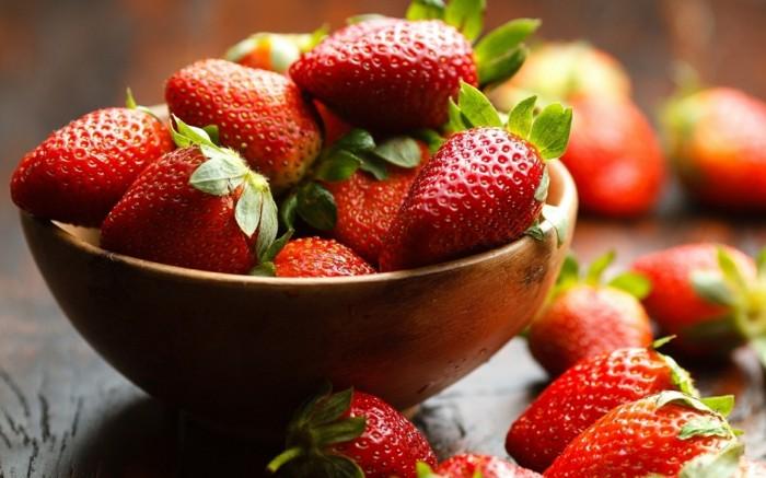 fraises fraîches, exemple d aliment riche en fer, idée comment lutter contre le déficit en fer