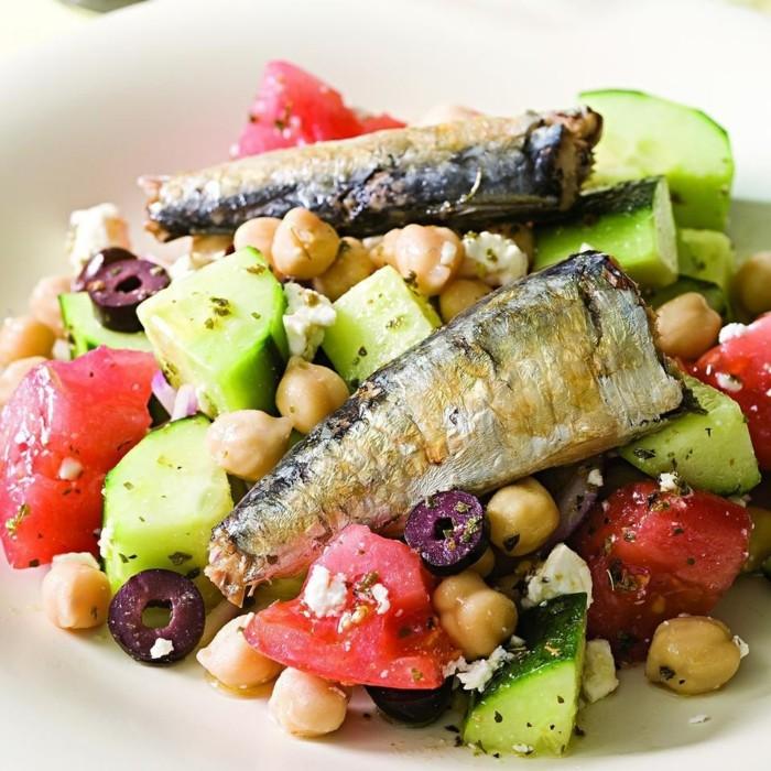 une salade fraîche avec des sardines, aliments riches en fer, idée poisson contenant une grande quantité de fer