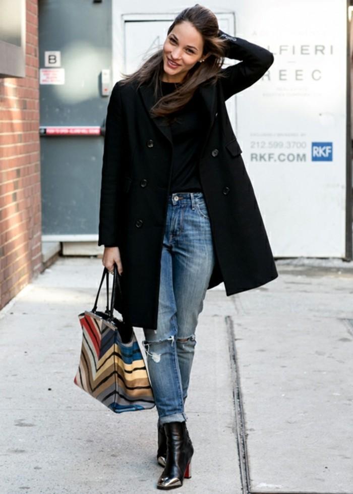 bottines jean, paire de denim, veste longue noire, sac à main multicolore