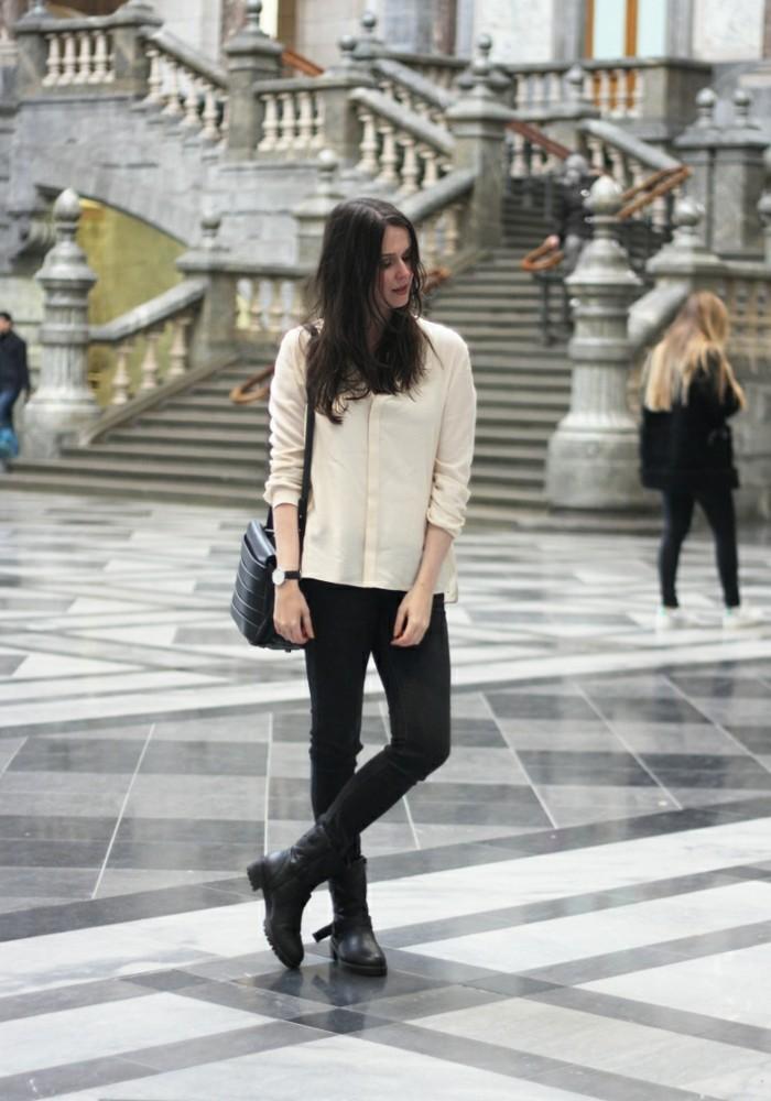 comment porter des bottines, blouse beige, sac à main, montre noir