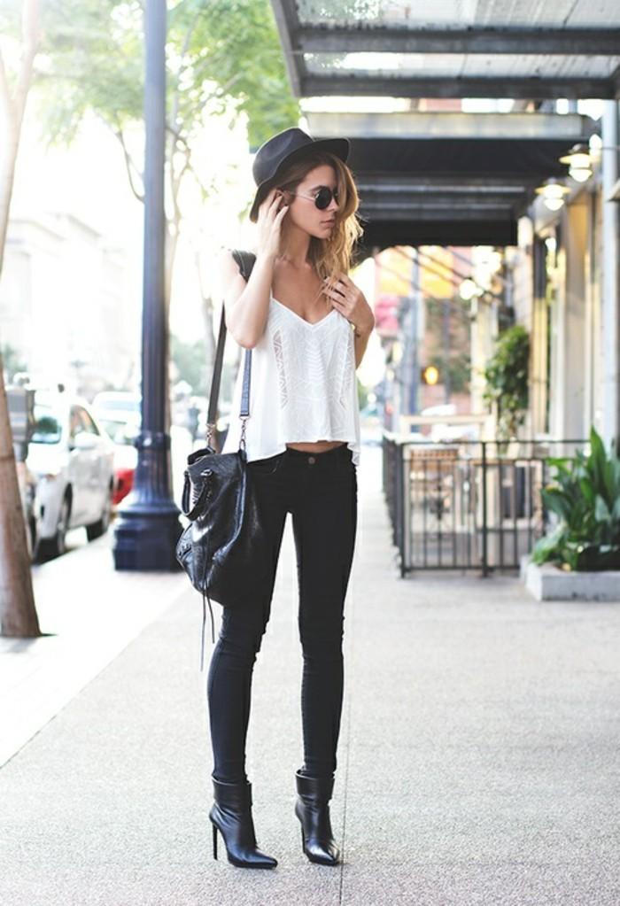 tenue jean noir, t-shirt blanc, sac à main en cuir, lunettes de soleil, pantalon noir