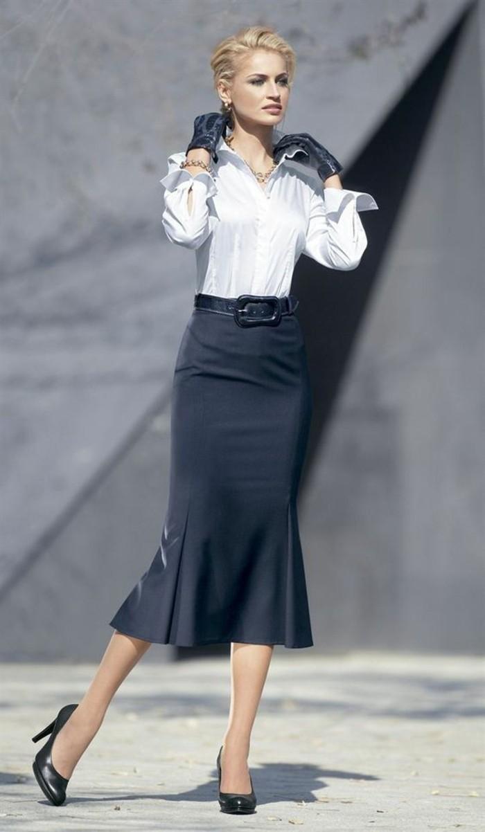 jupe taille haute noire avec ceinture noire et chemise blanche