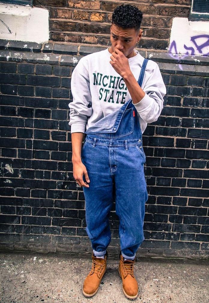 salopette en jean homme large avec boots timberland pour un style années 90