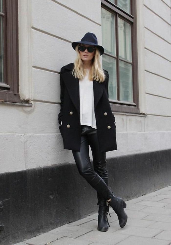 look-bohème-élégant-legging-en-cuir-manteau-marin-chapeau-à-lardes-bords