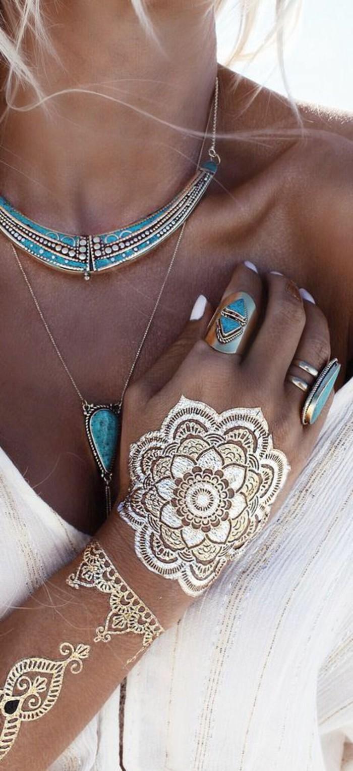bohème chic, collier statement, bagues massives, tatouage au henné