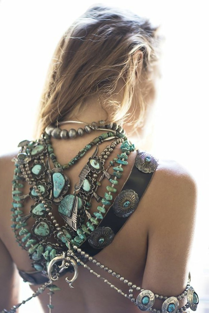 look bohème, bijoux avec grandes pierres bleues portés au dos