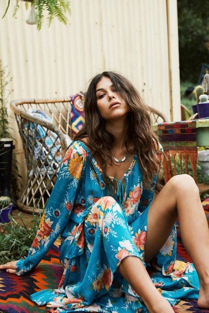 look bohème, robe bleue fluide, mode d'été hippie