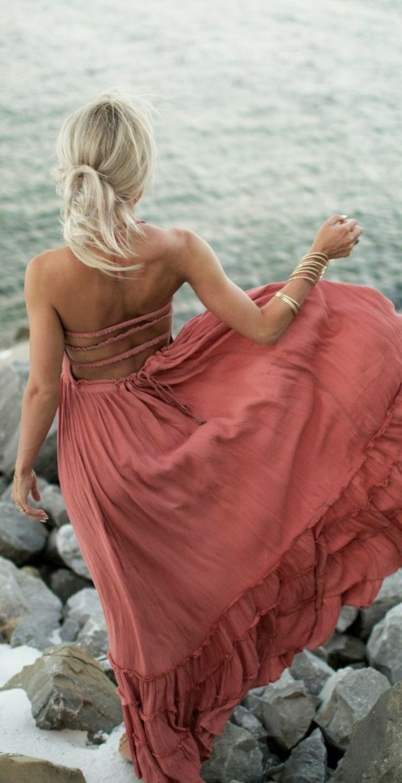 look bohème, robe longue rose, style pour la plage