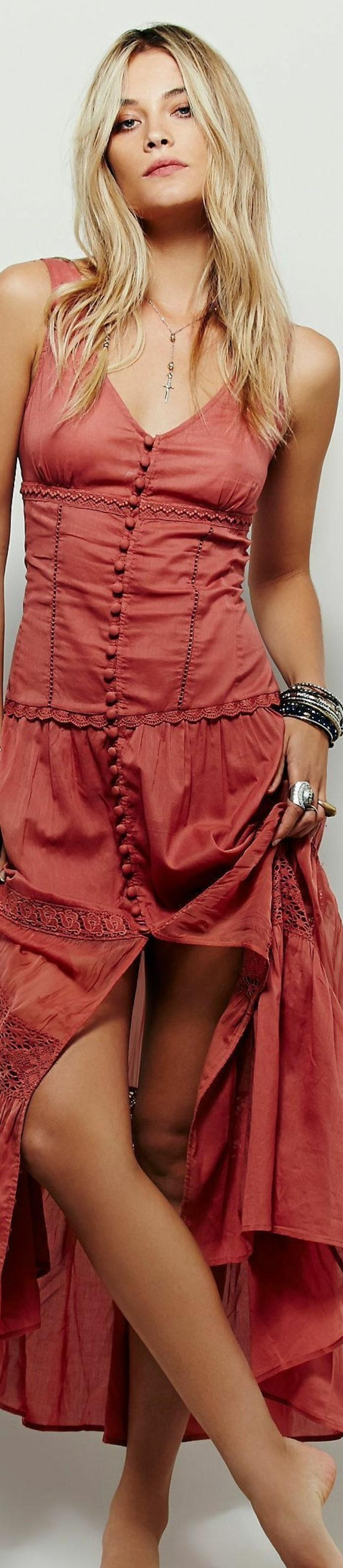 look bohème, robe longue rouge avec boutons