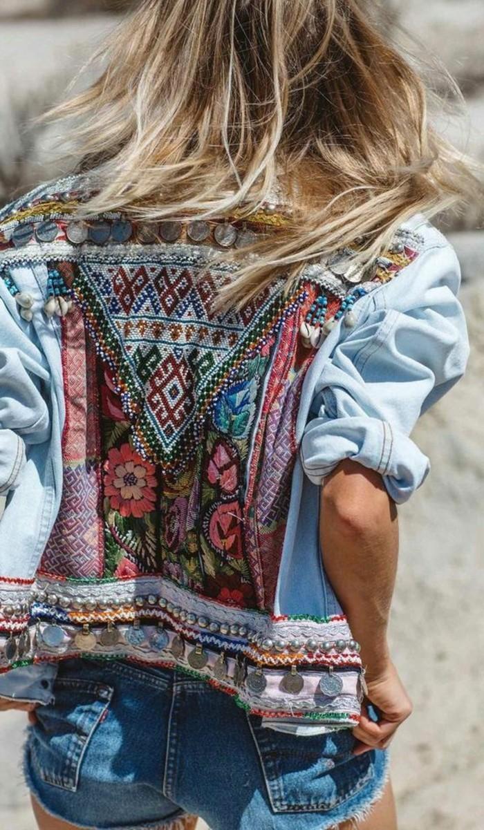 look bohème, veste ethnique en denim et pantalon court