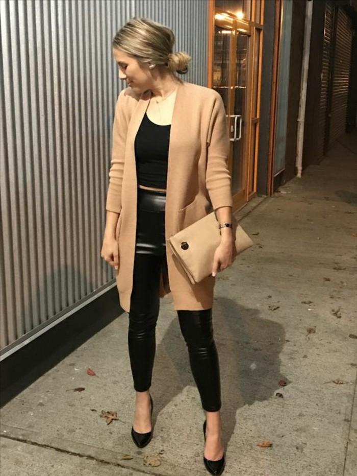 look-chic-élégant-manteau-camel-legging-effet-cuir-pochette-de-soirée