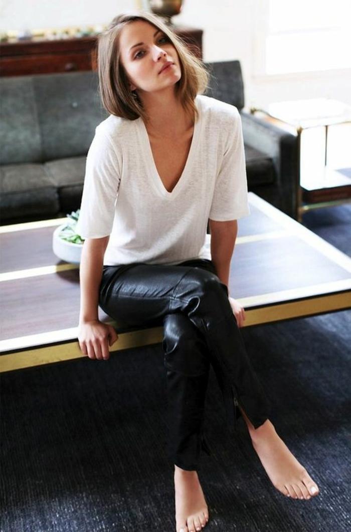 look-décontracté-t-shirt-blanc-slim-cuir