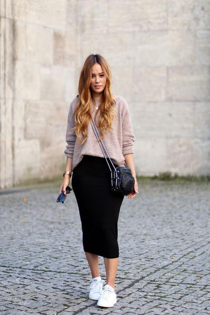 tenue avec stan smith, blouse beige, cheveux bouclés, look jupe noire, basket classe femme