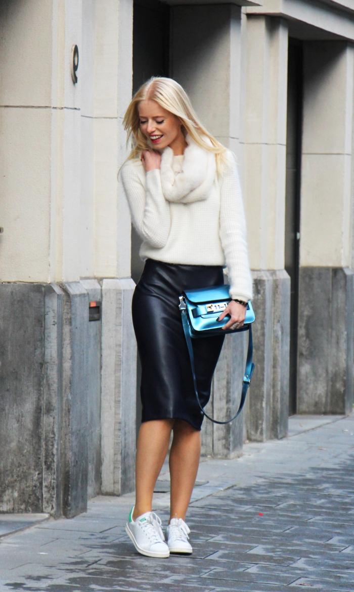 basket classe femme, look jupe noire, pull over blanc, cheveux blonds, sac à main bleu