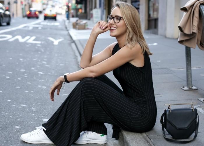 stan smith fille, lunettes de vue, montre noire, manucure rose, robe longue basket, sac à main en cuir
