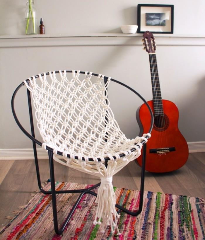 diy macramé, guitare rouge, tapis multicolore, vase de fleurs, photo blanc et noir, chaise macramé