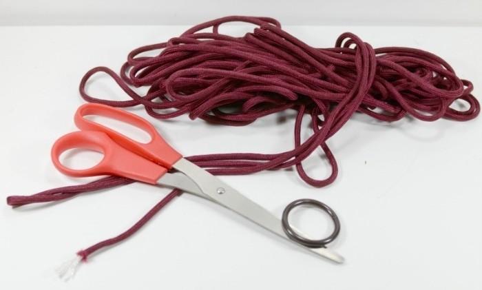 diy macramé, paire de ciseaux, fil rouge, anneau porte clé, macramé technique