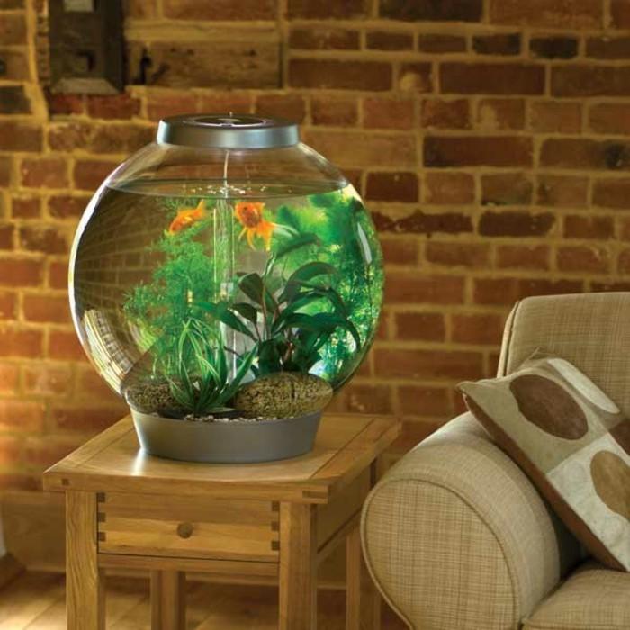 déco zen, canapé beige, aquarium rond, murs en briques, meuble en bois, coussin décoratif