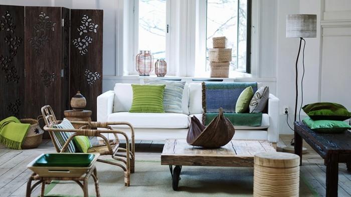 feng shui facile, table basse en bois, murs blancs, coussins décoratifs en vert