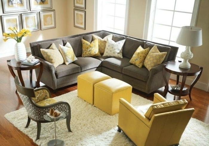 déco zen, tapis en fausse fourrure, tabourets jaunes, canapé gris, grande fenêtre