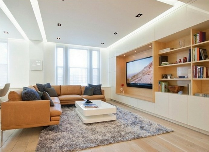 feng shui facile, murs blancs, plafond suspendu, parquet en bois claire, coussins foncés