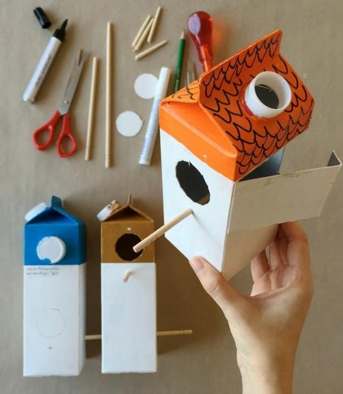 mangeoire-oiseaux-dans-une-boîte-à-lait-en-carton-idée-activité-créative-de-printemps-decoration-exterieur-soin-nature