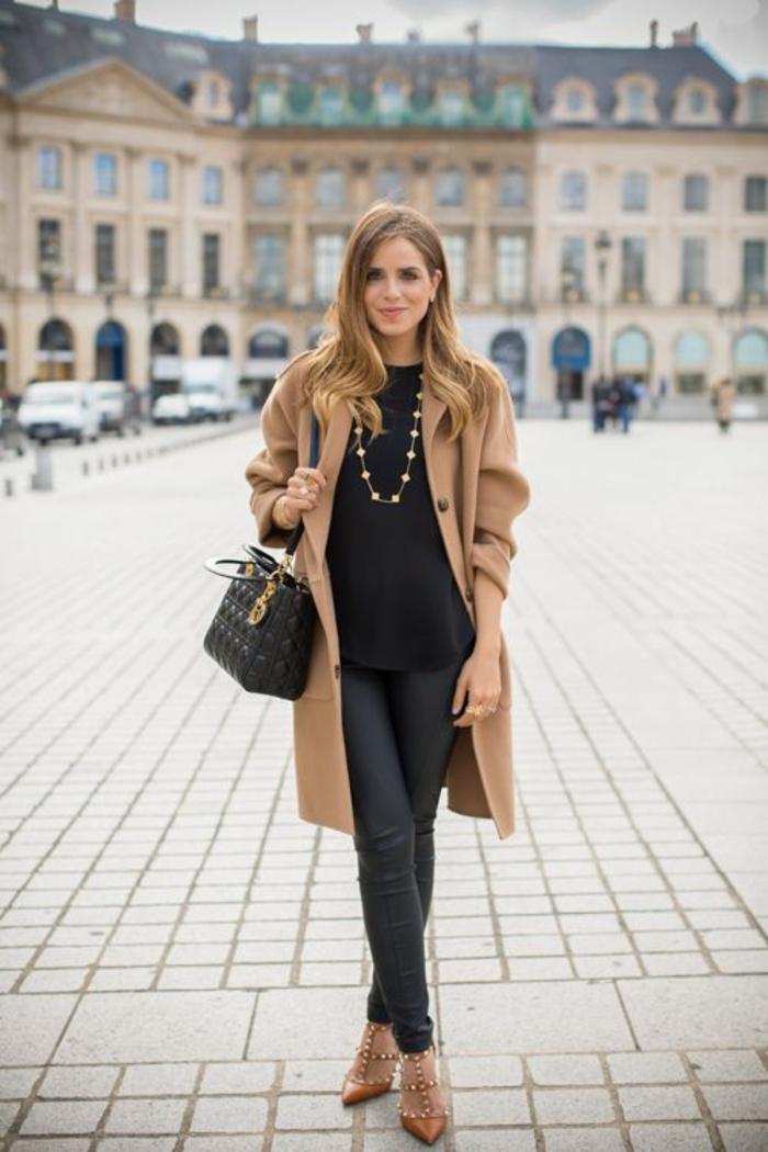 manteau-camel-escarpins-cloutées-legging-cuir