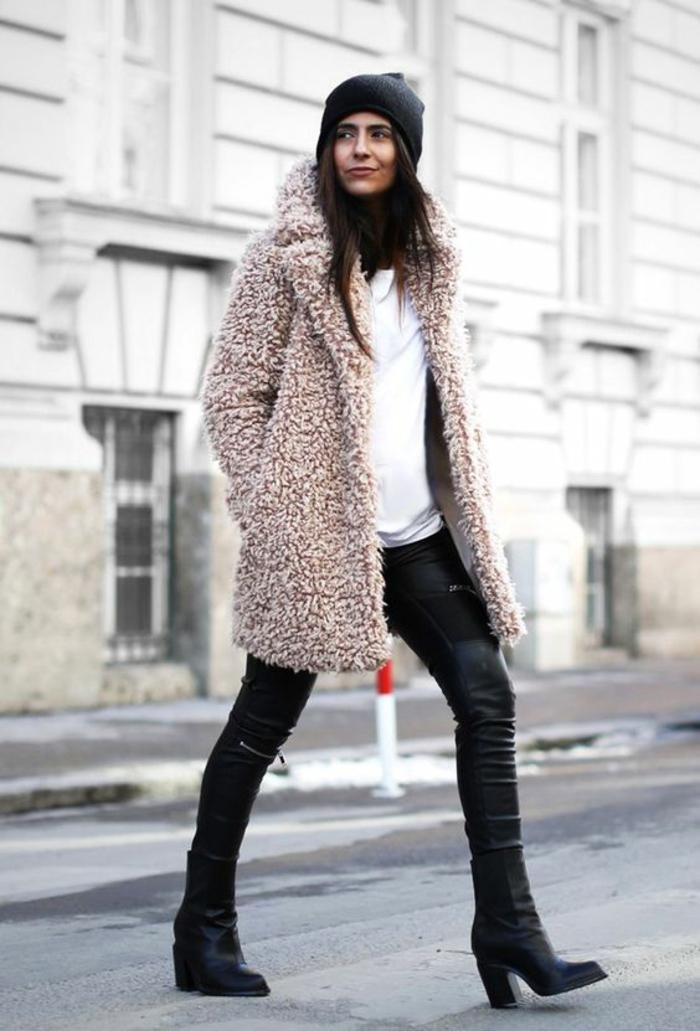manteau-en-pelouche-bottines-en-cuir-legging-cuir-femme