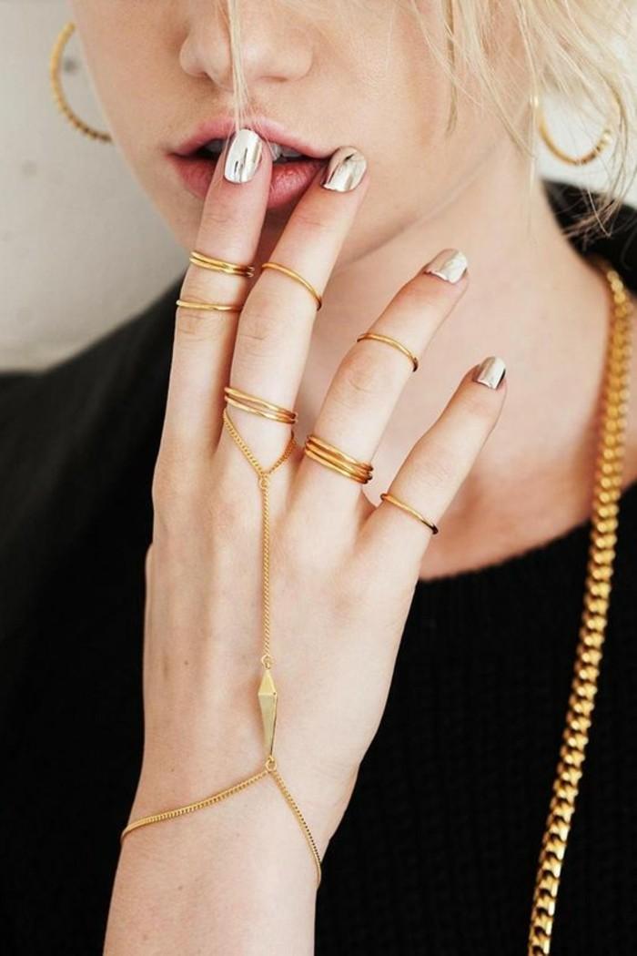 une manucure effet miroir, bijou de main style ethnique, un bracelet-bague fin, une bague cercle phalange