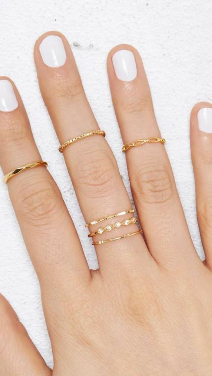 tendance fine bague dorée, vernis blanc, des bijoux délicats et élégants