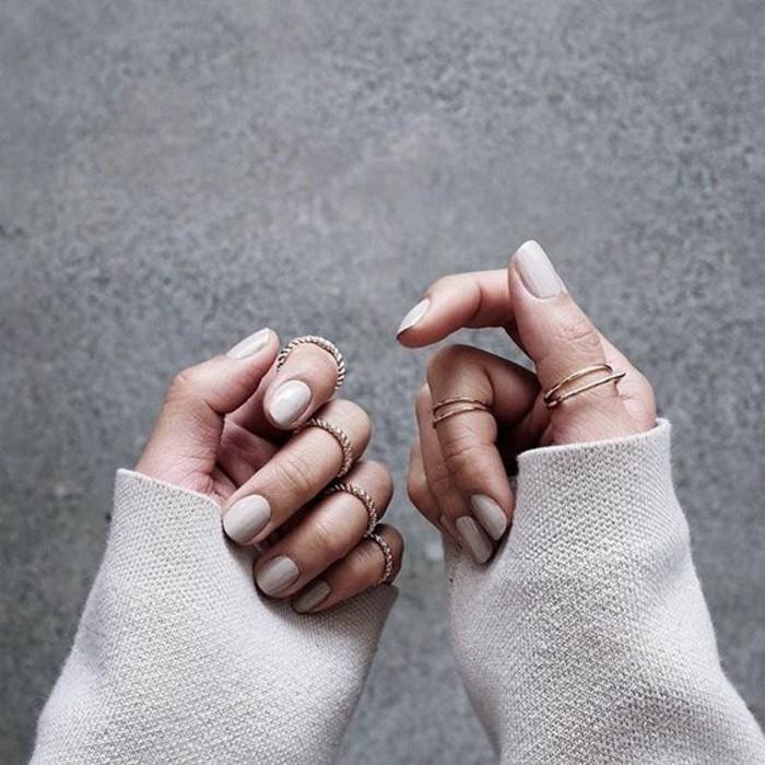 vernis nude et fine bague double, comment créer un style minimaliste avec des bagues phalange