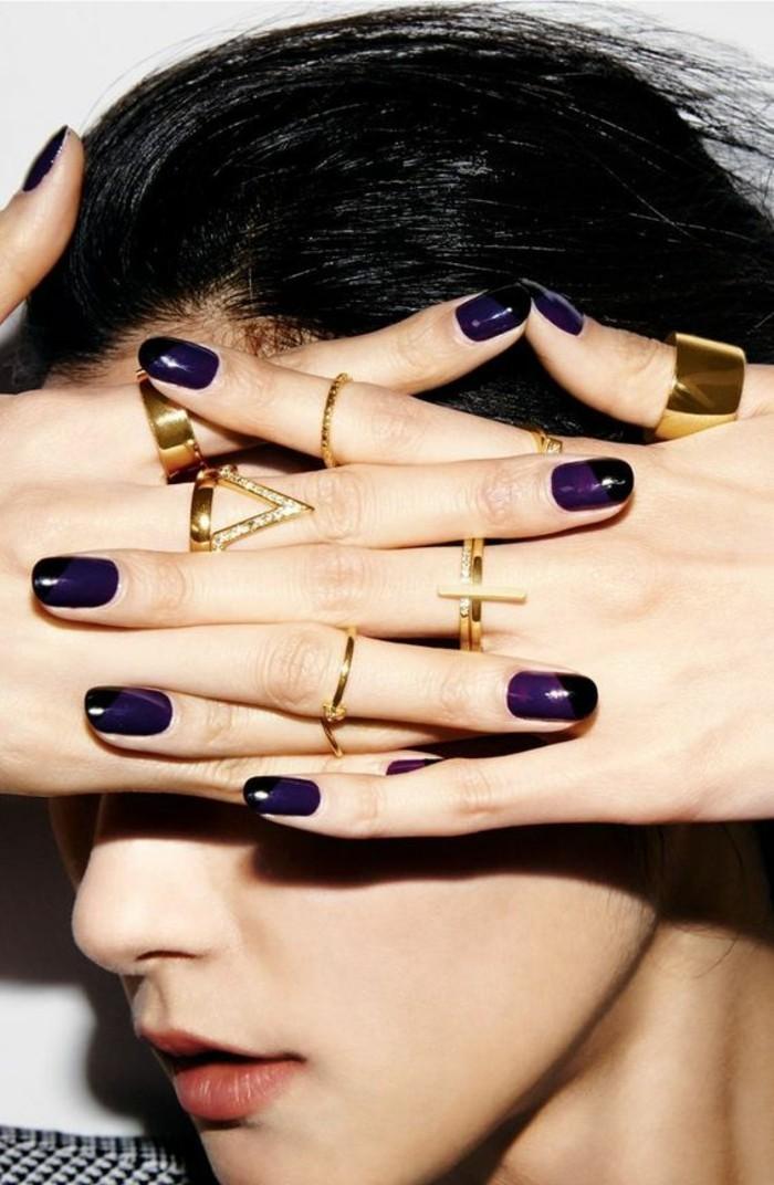 des bagues dorées à chaque doigt, une fine bague dorée très élégante