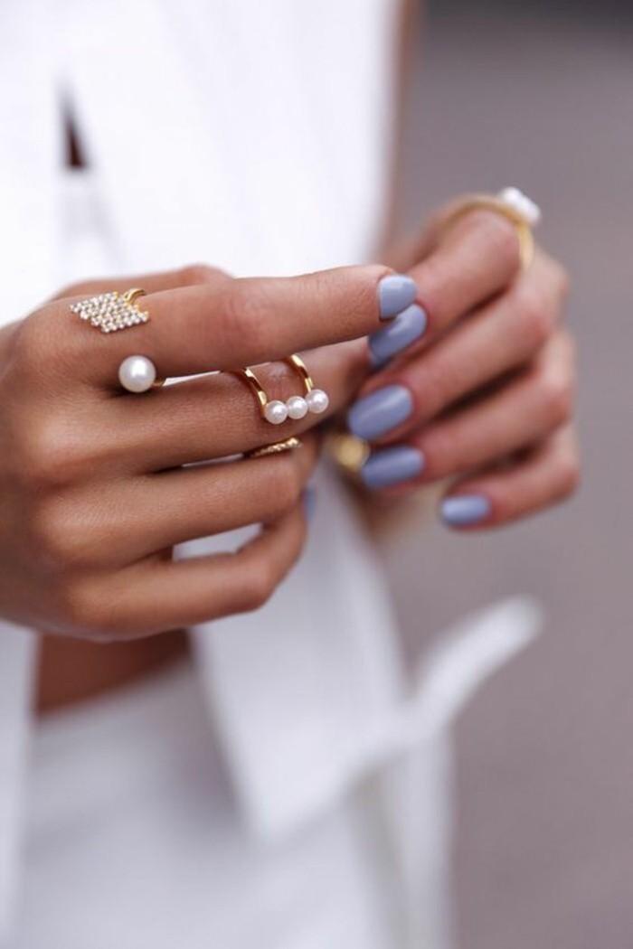 des anneaux perlées combinés avec des cristaux, une fine bague portée sur la phalange