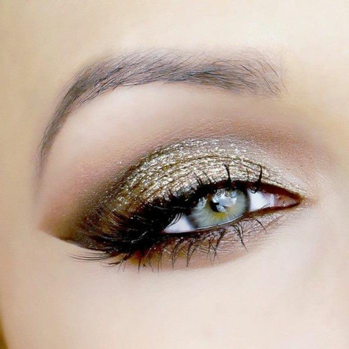 maquillage-des-yeux-bleus-joli-maquillage-brillant-doré-et-gris