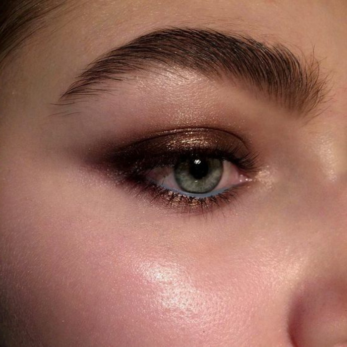 maquillage-rose-aux-nuances-dorées-teint-de-peau-rose