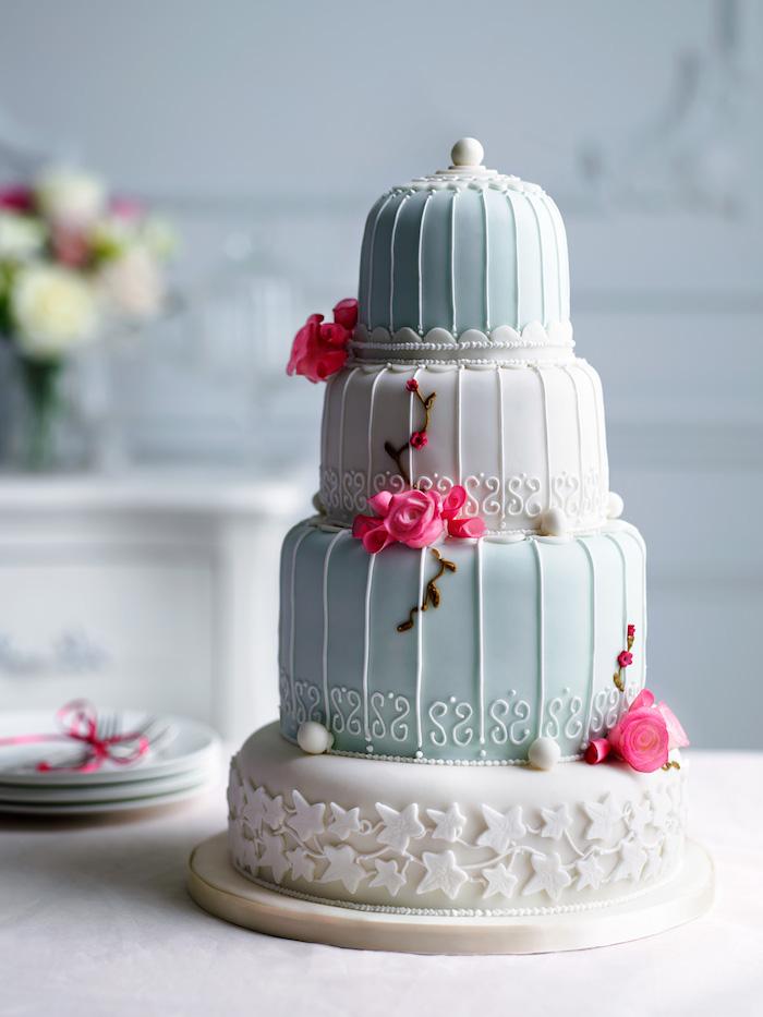 motif cage d oiseau qui inspire le design d un gateau de mariage décoré de pâte à sucre et fleurs de sucre roses